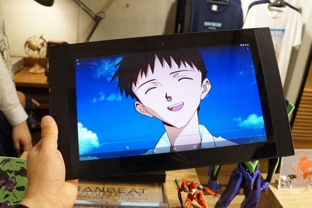 エヴァコーナーでさりげなく映像を流していたのは、日本未発売の「GRANBEAT Hi-res Tablet」でした