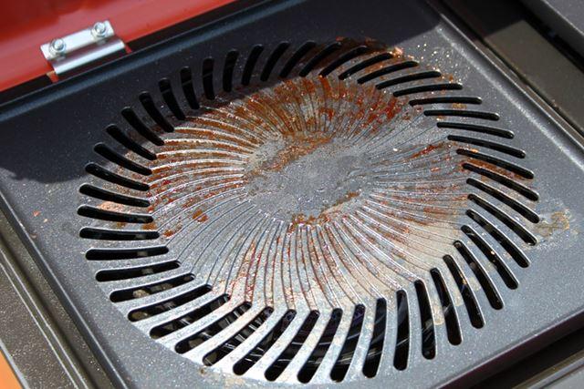 使用後のグリルプレートは肉の脂が焦げ付いて茶色くなり、落としにくそうですが……