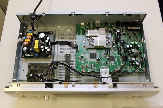DCD-800NEと同じく、デジタル回路全体の同期を高精度に行う「DACマスター・クロック・デザイン」も採用