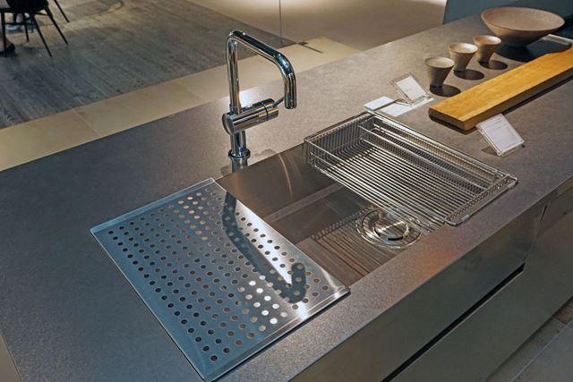 ステンレスで一体化しているシンクも超カッコいい直線的なデザイン。水栓も選べます