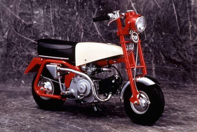 小径タイヤに横型エンジンを搭載した、その後の「モンキー」シリーズの源流となった「Z100」