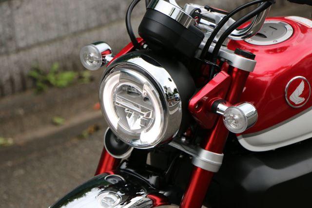 ヘッドライトやウインカーの形状は従来モデルのイメージを継承しているが、LEDを採用