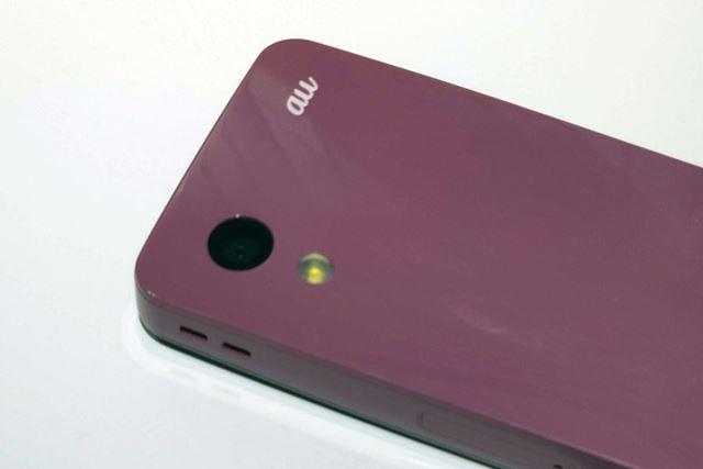 カメラは約800万画素のCMOSイメージセンサーを採用