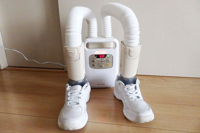 また、1足の場合は、片足ずつノズルをセットして実行。より早く乾燥させることができます