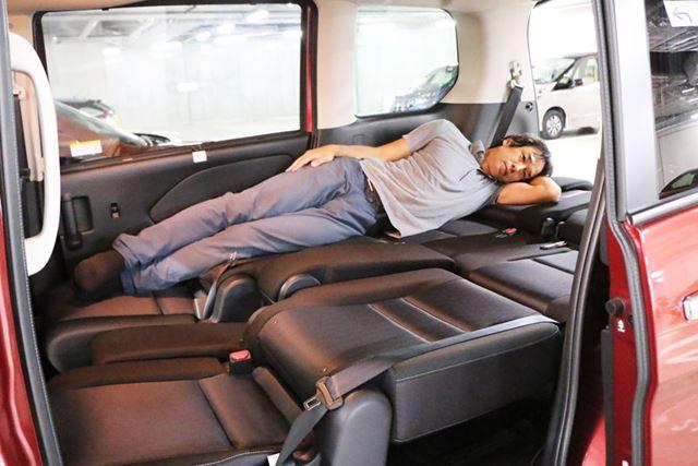 ハイブリッド車の場合、2列目のシート間に隙間ができてしまうが、大人2人であれば問題ない