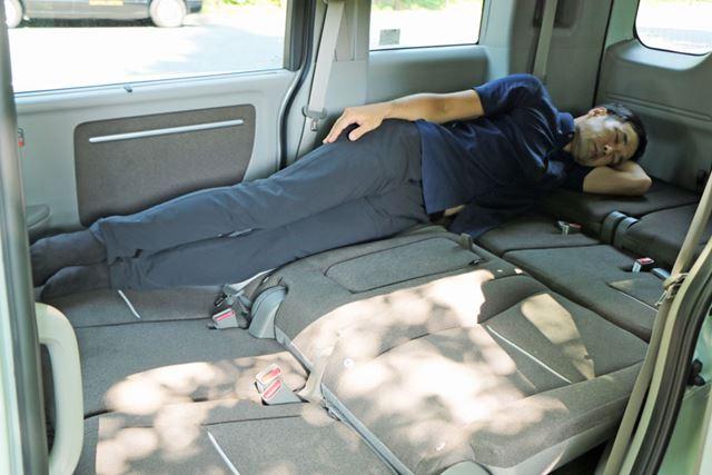 広さは車中泊できるミニバンとほぼ同じだが、シート座面の凸凹が少ないので寝心地はいい