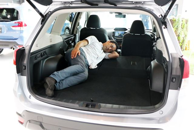ラゲッジスペースと倒した後席の背面がほぼ水平になるので寝やすい。斜めになれば、足を曲げずに横になれる