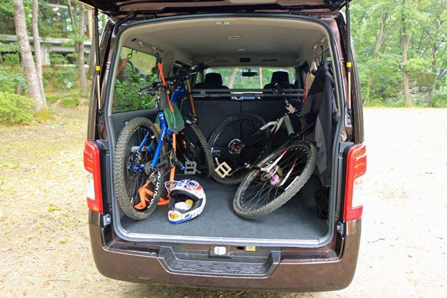 もともと荷物を積むために作られた車種なので、自転車も余裕で積載することができる
