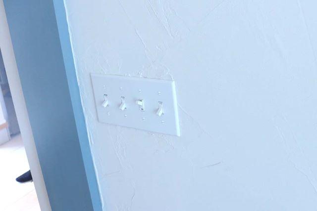 壁は自身で塗ったという珪藻土。部屋の調湿をしてくれるそう