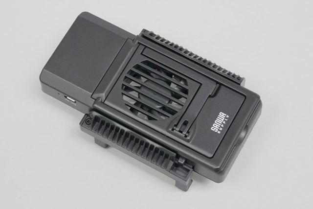 背面にファンを搭載する「400-CLN024」。大きさは123(幅)×71(奥行き)×41(高さ)mm