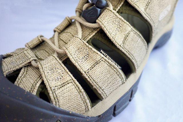 足の甲にかかる素材は速乾性のウォータープルーフ仕様になっています