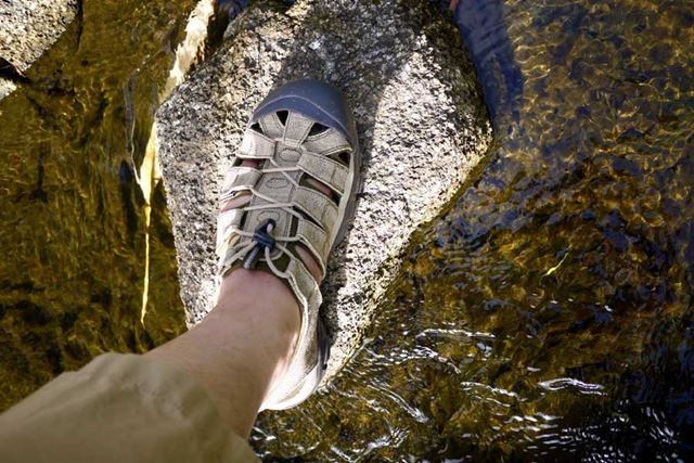 足がしっかり保護できるので、水辺のアウトドアには最適です