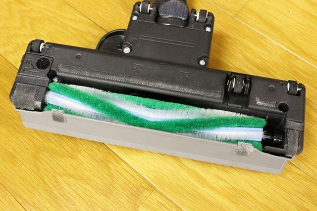 固めのブラシ(白)でゴミをかき出し、やわらかめのブラシ(緑)で拭き掃除効果を発揮します