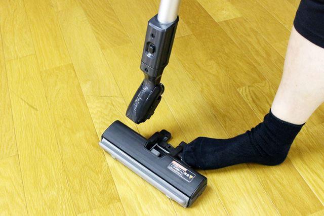 ペダルを踏みながらパイプを持ち上げると、ヘッド分離。隙間掃除したくなった時に、サッとできて便利です