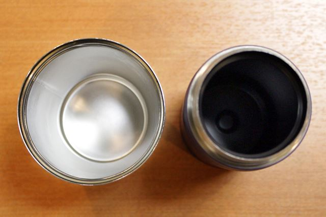 ステンレス製のものと比べてみました。右が「セラブリッド(R)マグボトル」です