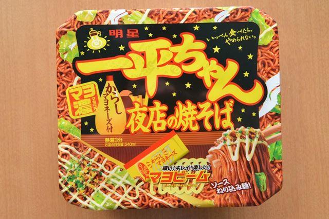 正式名称は「明星 一平ちゃん夜店の焼そば」。ソースが麺に練り込まれていることもポイントです