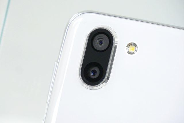 レンズが縦に並んだツインカメラ。上が動画用、下が写真用だ
