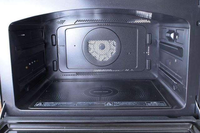 オーブン最高温度350℃という業界一の高火力と、天井を湾曲させたドーム形状の庫内が特徴