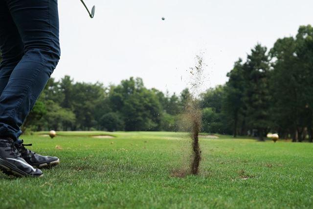 スパッとピンへ一直線……これはちょっと左に飛んでますね。クラブがいいのに腕が悪い(泣)