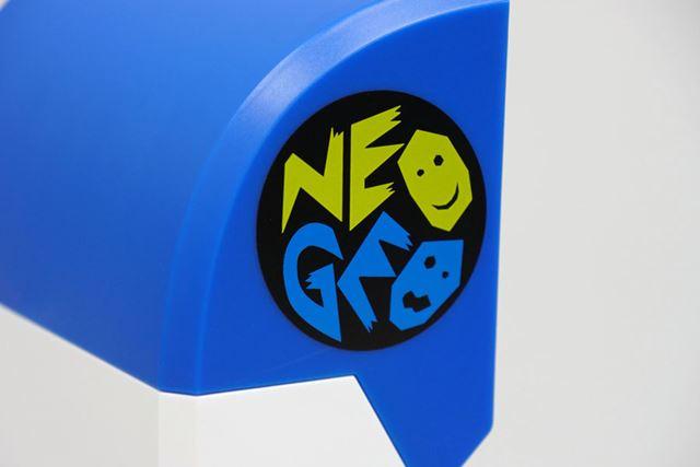 側面にデザインされたネオジオのロゴが懐かしすぎます