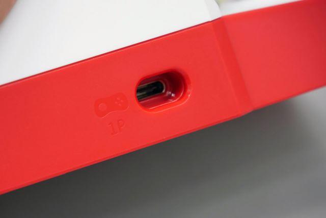 両側面下部には、「NEOGEO mini PAD」用のUSB Type-Cポートをそれぞれ搭載
