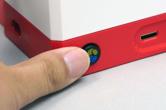 背面の電源ボタンを押して、電源オン