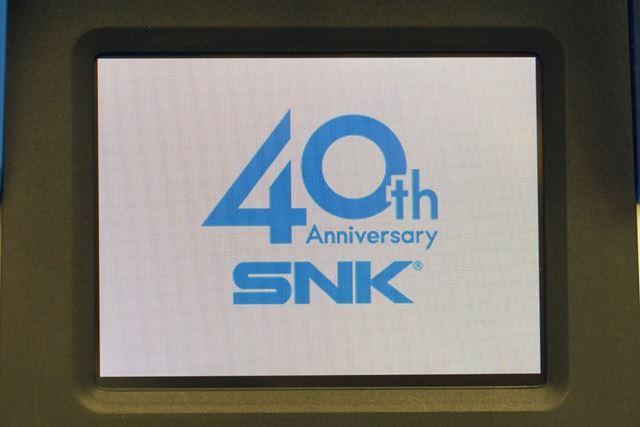 浮かび上がる40周年記念ロゴ