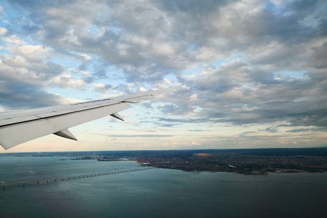 東京湾上空から東京アクアラインを望む