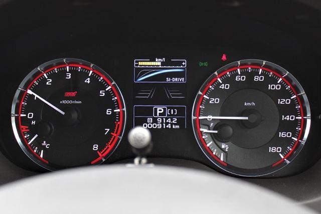 スバル「レヴォーグSTIスポーツ」のメーター。右側のスピードメーター内の左下に燃料計が配置されている