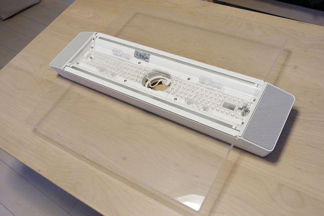 「AIR PANEL LED THE SOUND」本体。2枚のクリアパネルと、直射用LEDを搭載するセンター部から構成されます