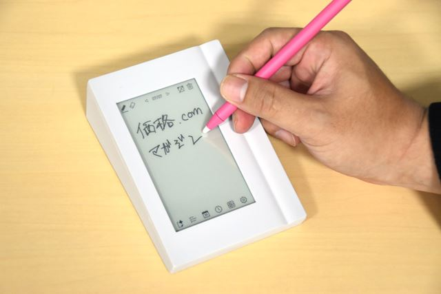 専用タッチペンでなめらかに筆記できた。写真は違うが、画面の右横に手を置いて書けるため、筆記も安定する
