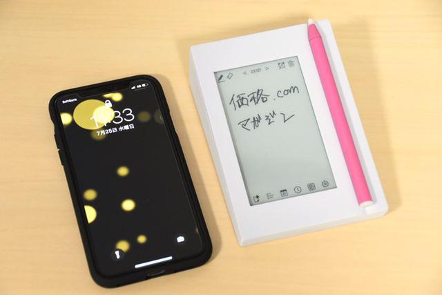 スマートフォンの「iPhone X」を横に並べてみた。「カクミル」のサイズは、横93×高さ132×奥行41mm