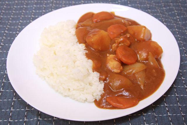 カレーモードで炊いたご飯はちょっと硬めで、標準よりさっぱり感があり、カレーの味を引き立てます