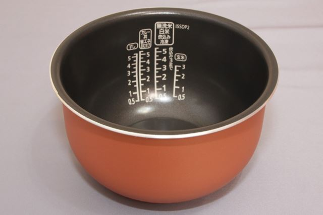 内釜は、厚さ3.0mmのダイヤモンドコート極厚銅釜。軽くて扱いやすい