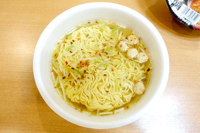 熱湯を入れて5分。赤唐辛子のせいなのか、液体スープを入れなくても、ほんのり赤みがかっています