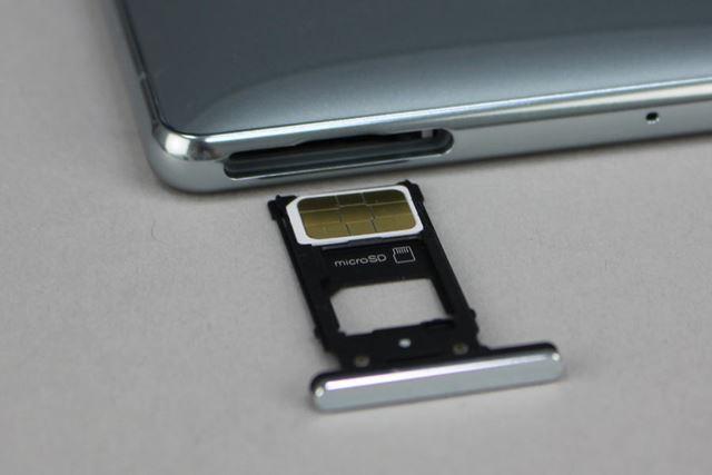 SIMカードとmicroSDXCメモリーカードの共有スロットはボディ上面に備わる