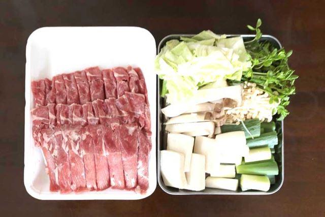 断固として入手した羊肉のほか、キャベツ(白菜がなかったため)、豆苗、ネギ、えのき、豆腐など揃えました