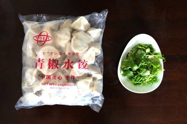 陽光城で衝動買いした「冷凍ピーマン水餃子」は50個入りで600円。あと、火鍋といえばパクチーも忘れずに