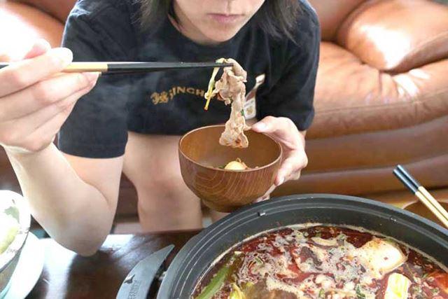 このくらいの距離に顔を近づけると、唐辛子と花椒の湯気で食べる前からゴホゴホッ