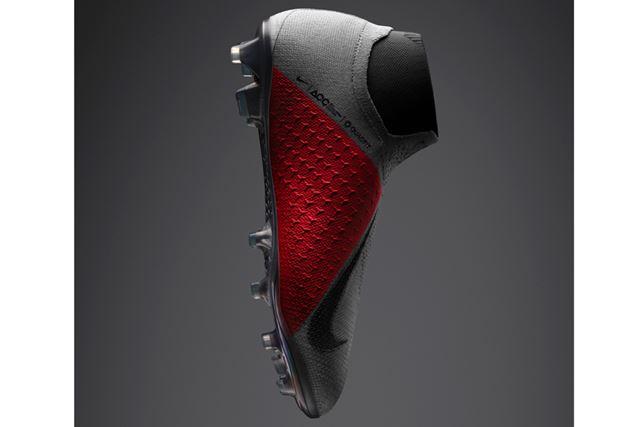 3角形の凹凸デザインは、ボールコントロールの重要エリアが直感的にわかるように、赤く染め上げられている