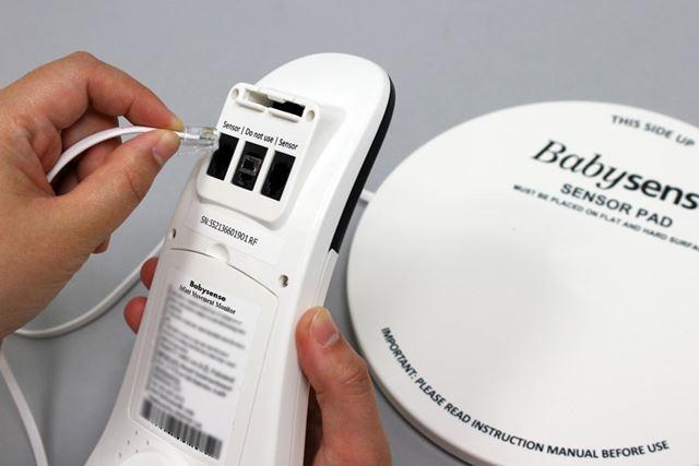 パッドから出ているコードを本体に接続して使用します。なお、使用時には単3形乾電池4個が必要