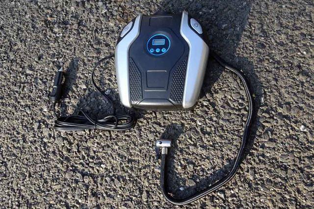 本体のサイズは、20×18×7.5cm。車内のトランクなどに携帯しやすいサイズと形状です