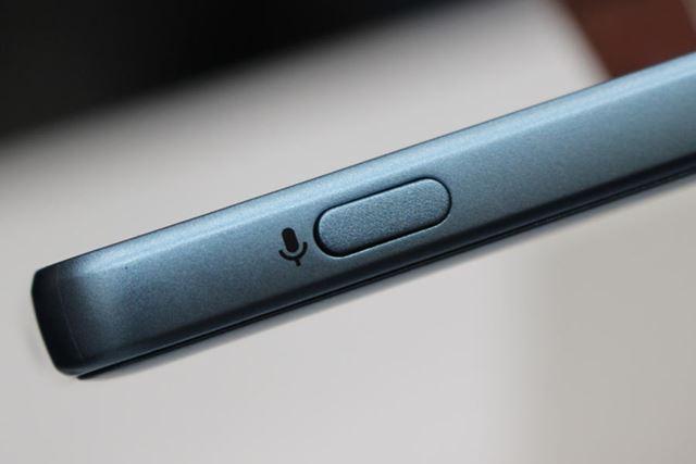 音声検索専用のボタンは右側面に配置されている