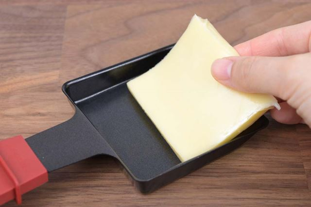 5〜7mm程度の厚さにスライスしたチーズをミニパンに乗せる