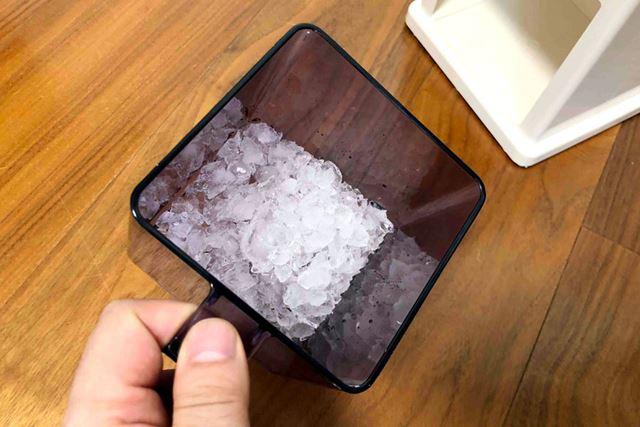 完成したクラッシュアイスは下にある容器の中にたまります