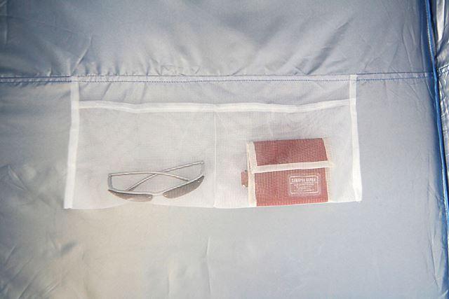 内側のメッシュポケット。着替え中に、スマホや腕時計など、落としたくないものを入れておくことができます