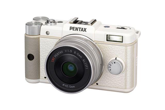 2011年8月発売のPENTAX Q。「ナノ一眼」という名称がピッタリの小型カメラだ。なお、ペンタックスブランドでは、一眼レフ用の「Kマウント」を継承したAPS-Cミラーレス「K-01」が2012年3月に発売になった
