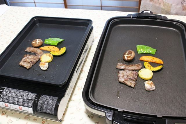 十分熱されたところで、焼き肉用の牛肉と鶏肉、そして野菜を焼いてみました