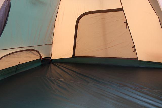 まずは、「タフドーム/3025」の中に入ってみました。一般的なテント同様に日光が通過するので、明るい!