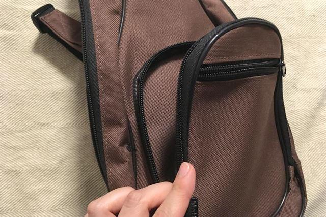 この外側のポケット部分は、まさにギターケースそのものです!